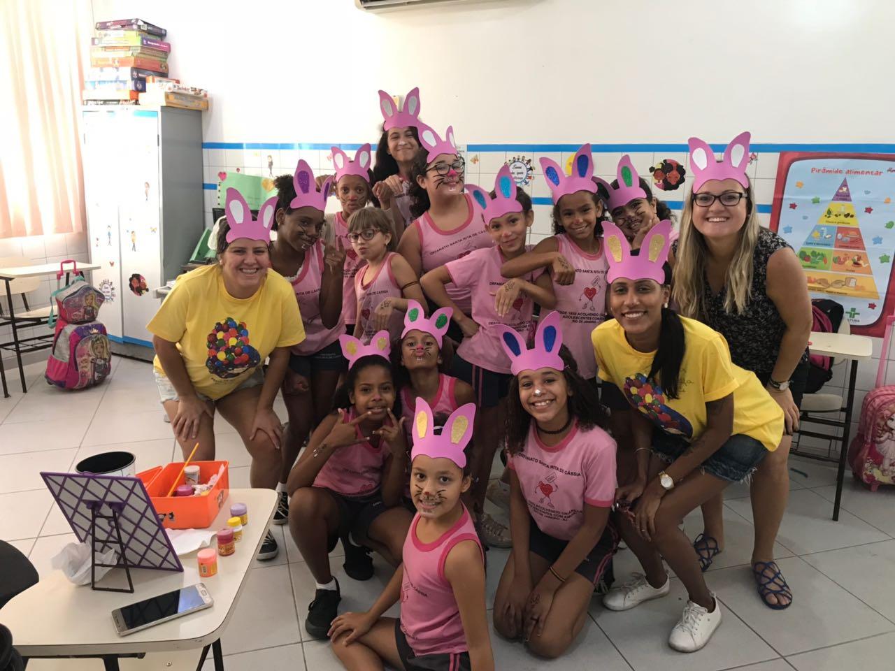 Instituto Kailua une inglês com tradição da Páscoa durante atividade social em orfanato